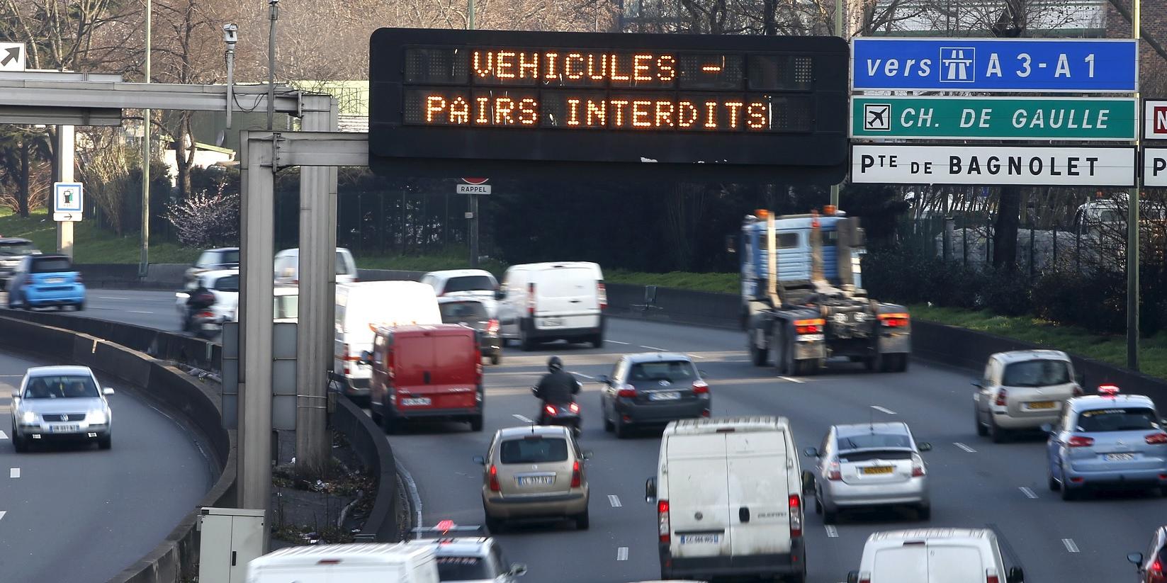 paris-circulation-alternee-sur-le-peripherique-parisien-panneau-indiquant-que-vehicules-pairs-interdits-pendant-l